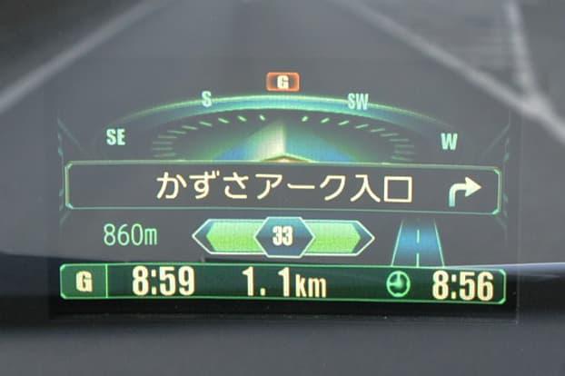 一般道では道路名と交差点名、そして曲がる方向を矢印で表示してくれる。こちらは県道走行時の表示