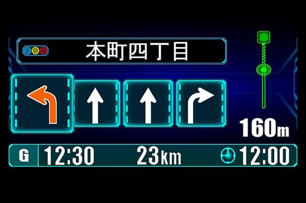 車線が多い交差点では、間違い防止の為に、予め走行すべきレーンをオレンジで表示