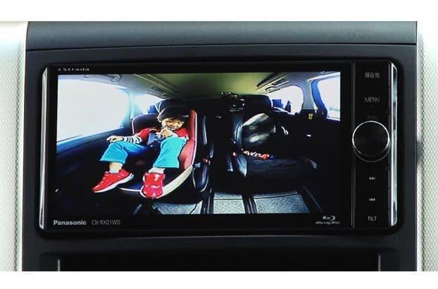 リアモニターでは、Blu-rayなどの映像を流しつつ、前席の人は後席の様子が確認できるのはありがたい。