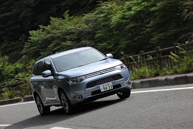 三菱 アウトランダーPHEVは、電気自動車「i-MiEV(アイ・ミーブ)」のEV(電気自動車)技術と、スポーツ4WD「ランサー エボリューション」の高性能4WD性能、「パジェロ」に代表される三菱伝統のSUVノウハウが1台にギュッと結集した、世界初の4WD・SUV・プラグイン・ハイブリッド・EVだ。