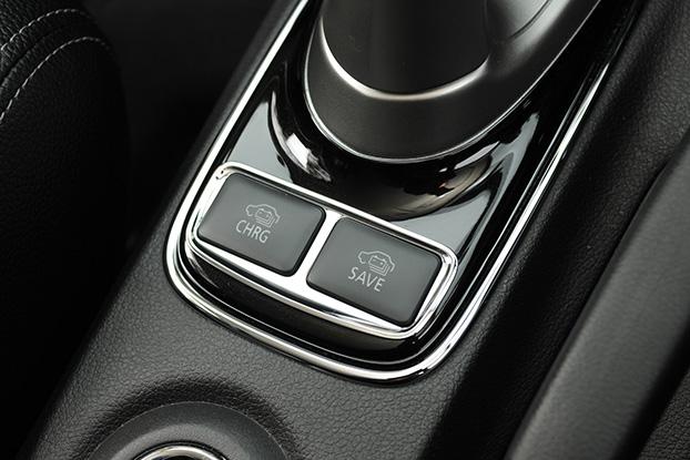 シフトレバー後ろにある2つのボタン、左が「バッテリーチャージモードスイッチ」。停止時にエンジンを作動させ、40分で駆動用バッテリーをゼロから80%付近までチャージ出来る(ガソリン消費量は約3リッター)。右は「バッテリーセーブモードスイッチ」。駆動用バッテリー残量を温存出来る。