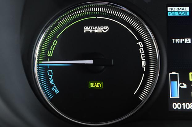 三菱アウトランダーPHEVのメーターには、ガソリン車のタコメーターに換わり、パワーメーターが表示される。アクセルを踏むと針が右に動く仕組みだ。針を「Eco」ゾーン内に保って運転すれば、より長い距離の走行が可能となる。下の「Charge」ゾーンは、減速時の回生充電を示す。