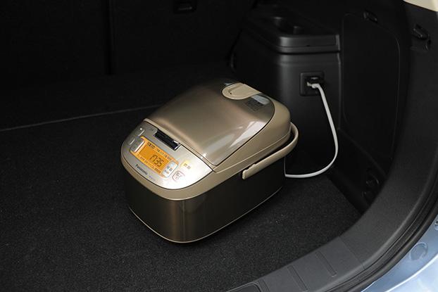 三菱アウトランダーPHEVには、オプションで100V AC電源を搭載。最大で1500Wの電力が車両から供給出来る。アウトドアでの家電調理といった用途のほかに、非常時にも有効だ。駆動用バッテリーのみで一般家庭の約1日分、エンジンも併用すれば約10日分もの電力を供給可能というから、いざという時にも心強い。