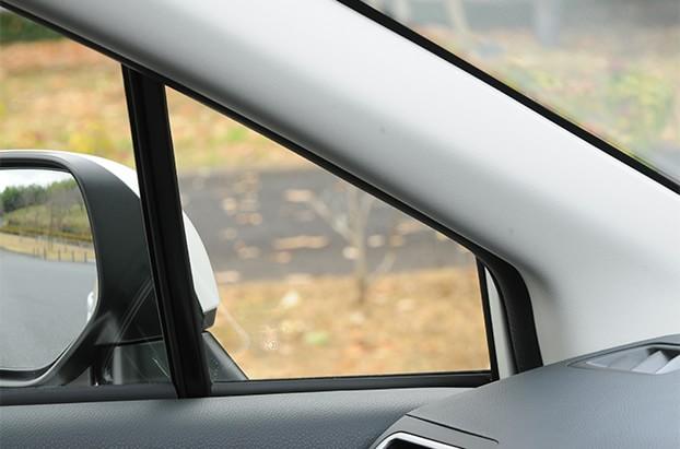 【インプレッサ】Aピラーの三角窓は、右左折時に斜め前方の良好な視界を確保してくれる