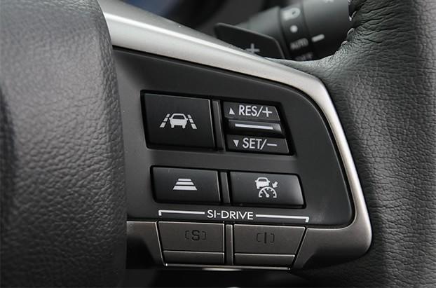 【インプレッサ】インプレッサのステアリング。アイサイト(ver.3)のアクティブレーンキープや、SI-DRIVEの操作が行なえる。