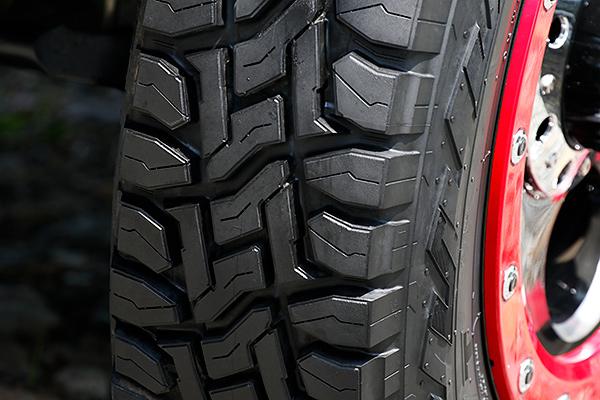 タイヤパターンは、耐石噛み性能および排土性を考慮した形状を採用